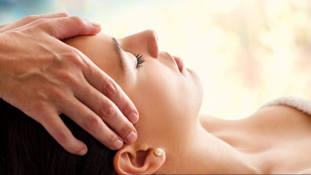 bigstock-woman-having-facial-massage-100422869__1044x660_q85_crop_subsampling-2